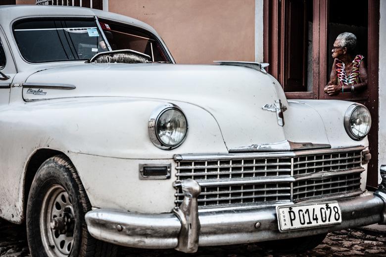 Watching people - Wandelend door de straatjes van Trinidad in Cuba zag ik dit mooie oude vrouwtje lekker hangen bij haar voordeur. Dit in combinatie m