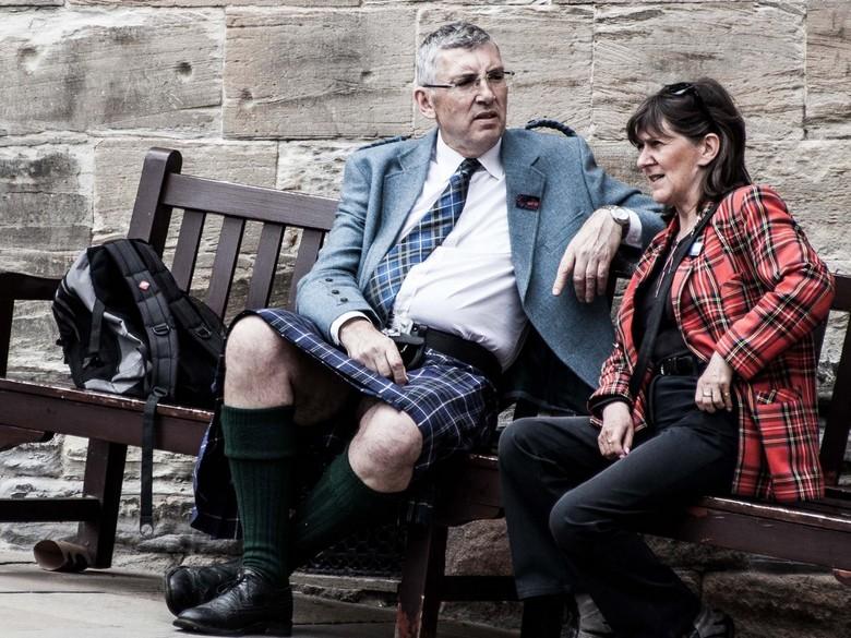 Stirling2.jpg - Meneer wijdbeens glijdt lekker weg tijdens een goed Schots gesprek?