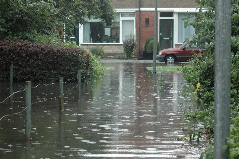 veel water in de straat
