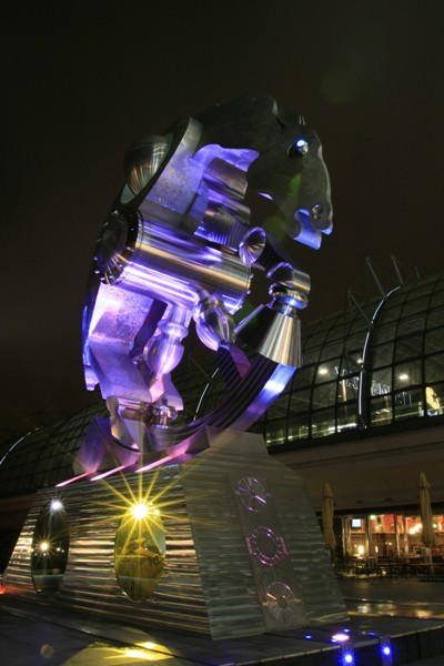 Metalen ros - nachtfoto van een standbeeld bij de hauptbahnhof Berlijn.