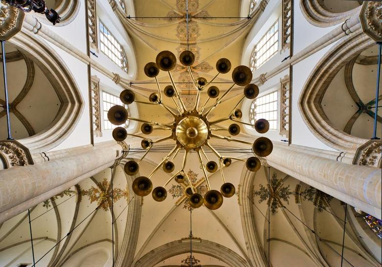 Kroonluchter - Kroonluchter in een oude kerk