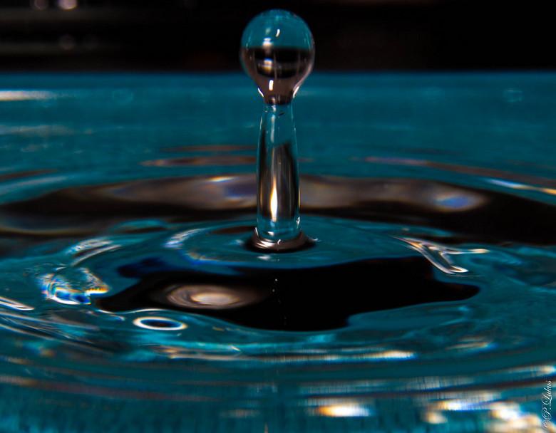 Waterdruppel (HULP) - Aan het proberen waterdruppels te fotograferen. Al het een en ander gelezen. Maar ik krijg het niet naar mijn zin. Achtergrond e