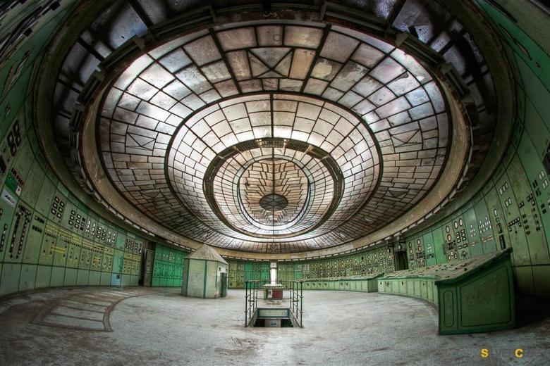 """The center of the world - Deze oude controlle kamer is ooit gebruikt in de film """"chernobyl diaries"""" dus voor ons urbexers tijd voor een visi"""