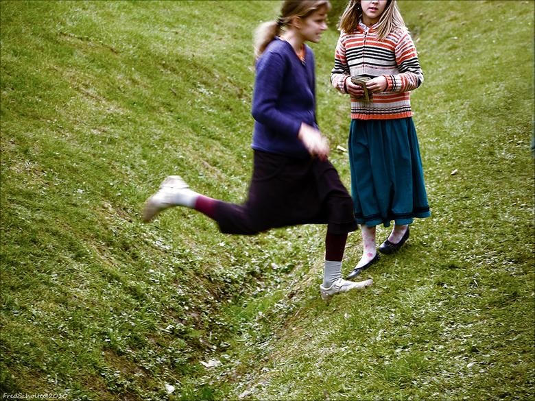 De sprong - Twee meisje leuk aan het spelen