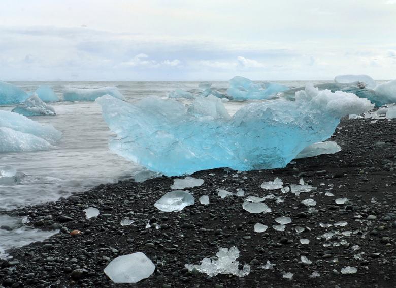 Blue - Jökulsárlón, IJsland. De ijsblokken die van de gletsjer afbreken en in het meer terecht komen verlaten dat via een rivier om naar de oceaan te