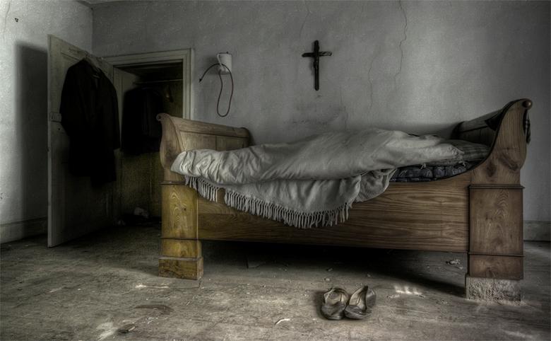 je wilt echt niet weten waar dat rode slangetje in verdwijnt ... - ouderwetse slaapkamer in vervallen, verlaten Luxemburgse boerenwoning