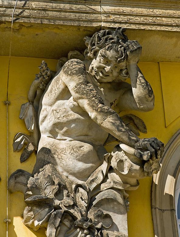 Berlijn 58 - Slot Sanssouci.<br /> Eén van de fraaie beelden die het slot rijk is.