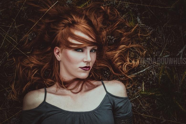 Looks - Portret op een dag met fel daglicht, gefotografeerd in de schaduw in het bos.
