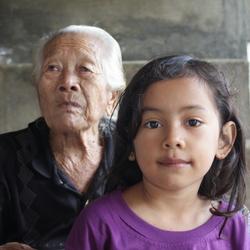 Oma met achter-kleindochter Lombok