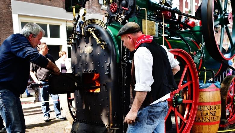 DE MACHINIST... - ...en zijn maat, hard aan het werk bij Dordt in Stoom!