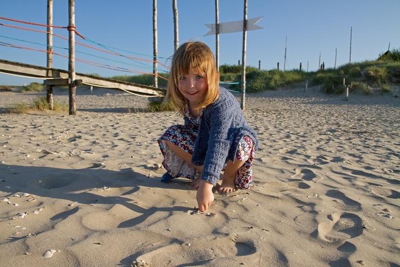 Spelen op het strand van Texel. - Deze foto komt uit een serie die ik heb gemaakt van vader en dochter op het Texelse strand. <br /> Het is rond zons