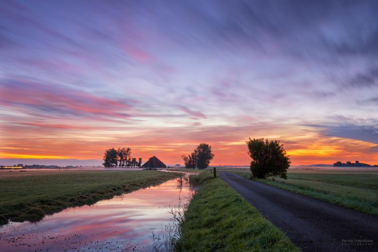Schaalsmeerdijk zonsopkomst - Schaalsmeerdijk in Oostknollendam voordat de zon opkwam