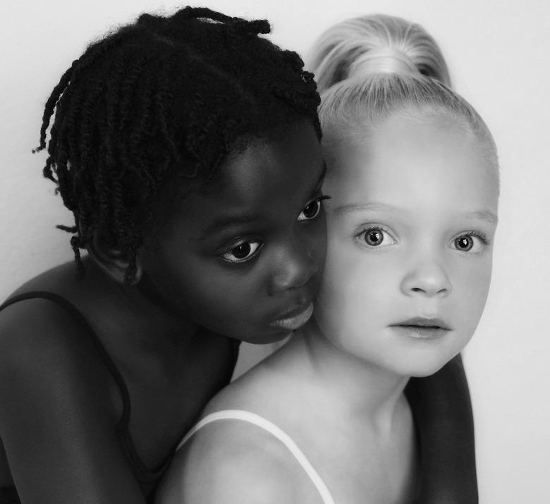 Ebony & Ivory - Maak de wereld een klein beetje mooier. Kinderen spelen heerlijk met elkaar in het dorp. Ze zijn hooguit kleurenblind, want zij zi
