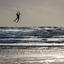 Kitesurfer opgetild door de wind...