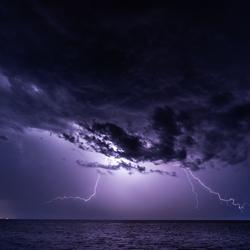 nachtelijk onweer boven het Wad