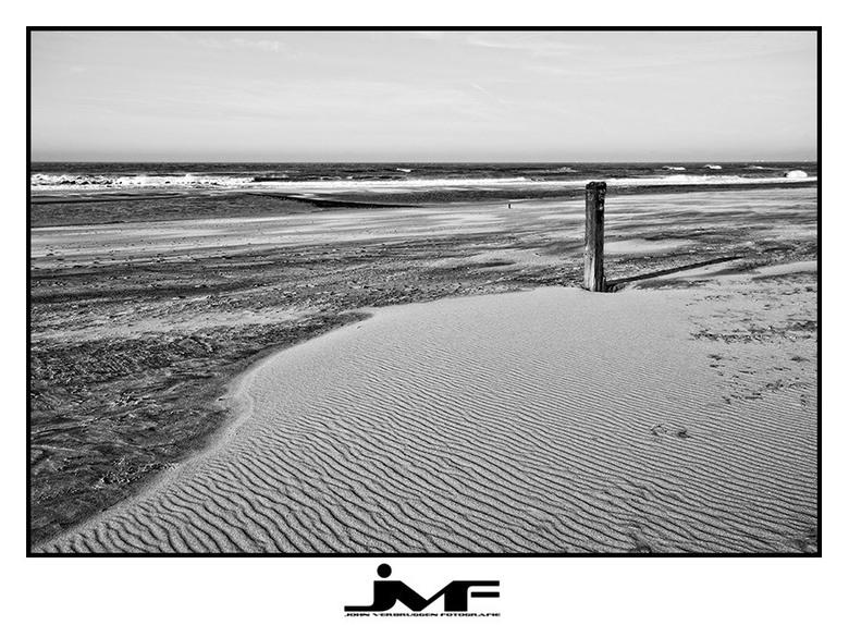 Windforce 6 - Een tijdje terug effe lekker op het strand van Kijkduin bezig geweest. Een zwart-wit serie was het gevolg.<br /> 1/5 <br />