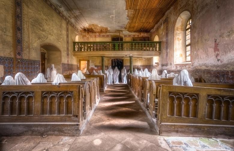 Kerk met Spoken - Tijdens een begrafenis is deel van het dak ingestort van deze klein kerk. Sindsdien zijn de bewoners van het dorp niet meer terug ge
