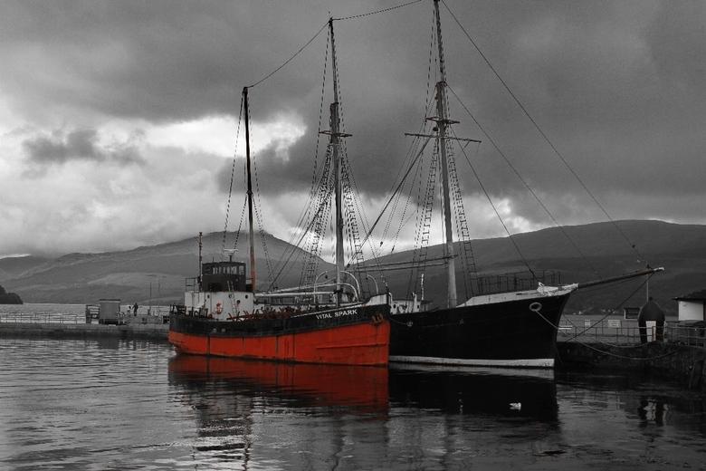 Haven van Invernaray (Schotland) - In de haven van Invernaray lagen twee oude boten tegen de achtergrond van dreigende wolken.