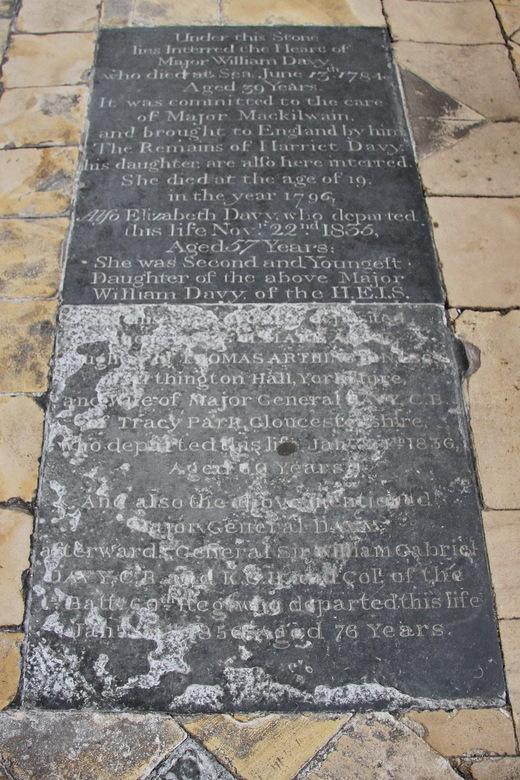 Gloucester 15 - De donkere stenen in de kloostergalerij zijn grafstenen, vaak met hele verhalen erin gekrast. Hier een voorbeeld, maar ik heb ook veel