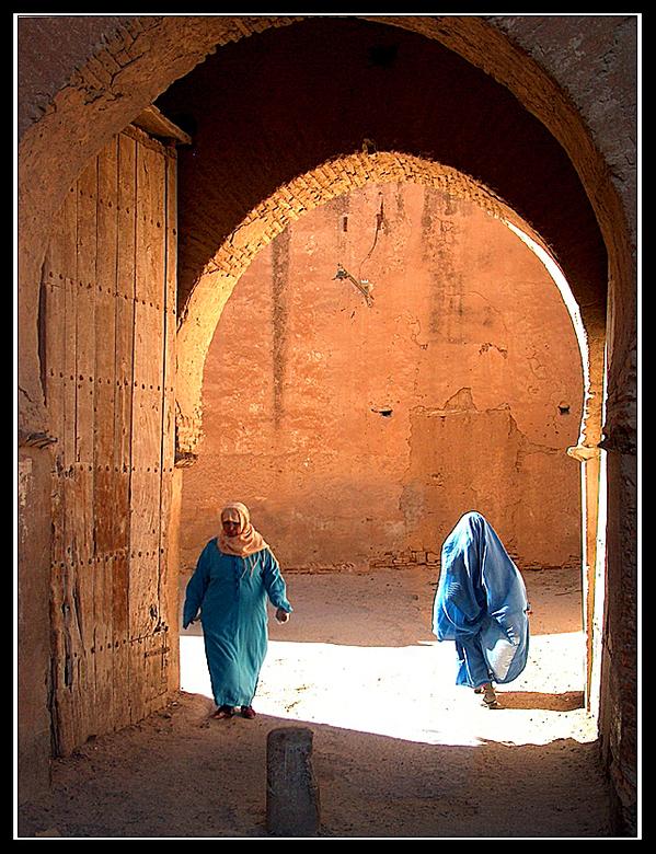 gesluierd door de poort - Twee gesluierde vrouwen komen toevallig tegelijk door de poort in Taroudant, ik stond er natuurlijk stiekum op te wachten.
