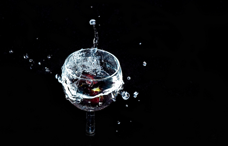 """Splash ! - idee kwam van een opdracht van school """"beweging in een foto"""" , wijnglas , water , druiven"""