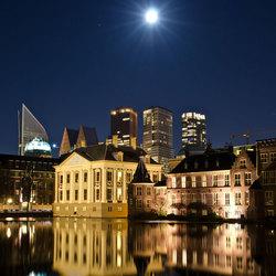 Den Haag weerspiegeld in hofvijver