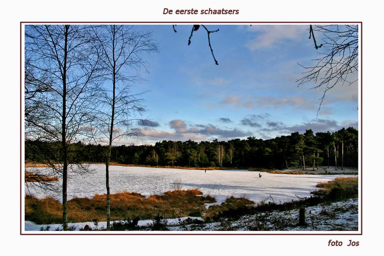 De eerste schaatsers - Vanmorgen, zondag 2-2-2009, waren de Hatertse vennen weer prachtig om te zien. 'n dun laagje sneeuw en voldoende sterk ijs