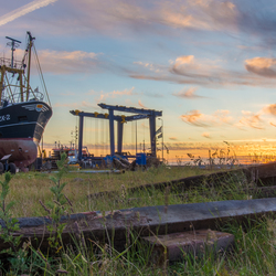Zonsondergang op de scheepswerf