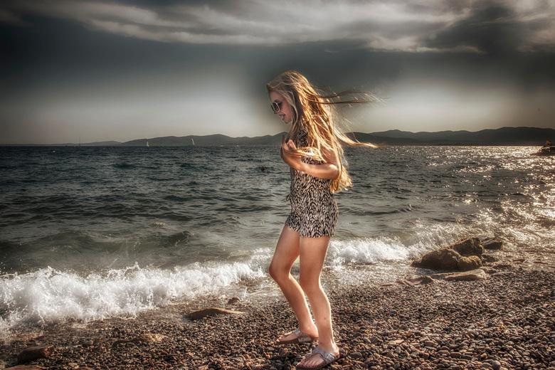Soof aan het strand - Dit is Sophie <br /> zij is stenen aan het verzamelen om in het water te gooien aan de kust in zuid Frankrijk .<br /> Ook hier