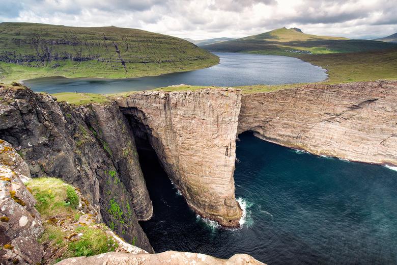 Sørvágsvatn - Deze zomer ben ik naar de Faeröer eilanden geweest. Regenachtig, koud, maar schitterend! Het meer lijkt boven de oceaan te hangen, maar