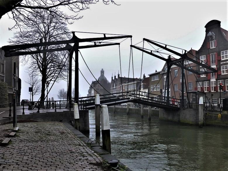 Damiatebrug - Deze uit 1857 daterende smeedijzeren ophaalbrug ligt in het historisch hart van Dordrecht over de Wolwevershaven. De brug staat bekend o