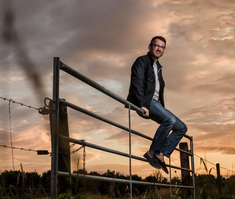 Pim Hansen op een hek