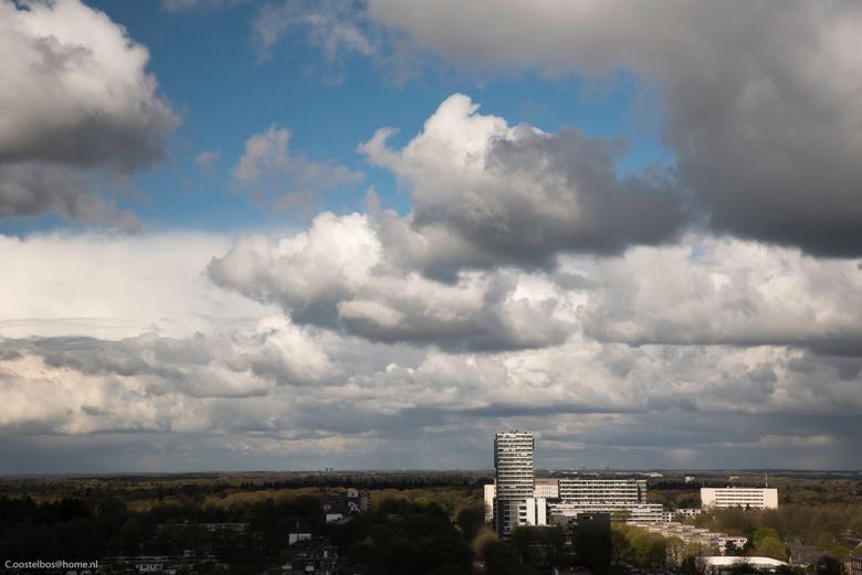 Wolken luchten boven Tilburg - Vanmorgen was het uitzicht zeer bewolkt met gaten waarde blauwe lucht door kwam.<br /> <br /> donkere wolken waar wat