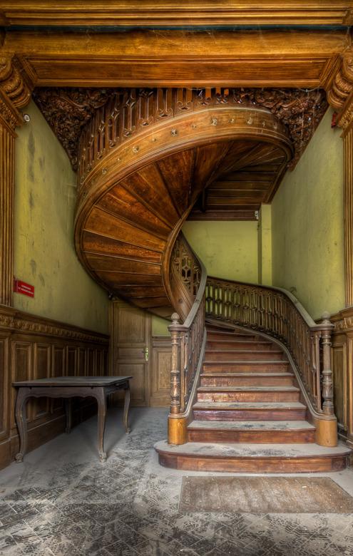 Round and Round - Een vervallen kasteel dat wacht op restauratie waarin deze prachtige trap te vinden is. Ongelofelijk wat hier voor een detail in ver