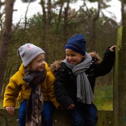 Lachend op een hek