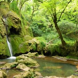 Klein paradijs met waterval