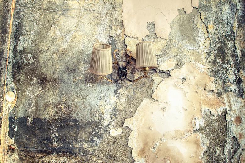 Decay light district - Lampen aan een eschimmelde oude hotelmuur