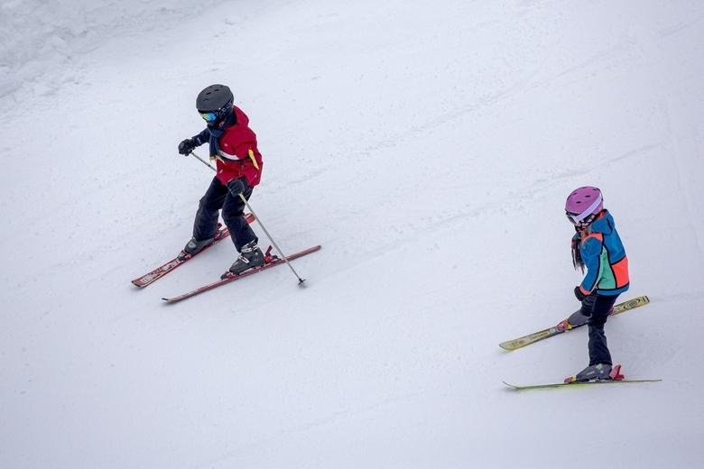 Wintersport 8 - Broer en zus, voor het eerst deze week op de ski's, gaan hier naar beneden. Ik deed het ze niet na, want er zaten steile stukjes