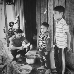 vietnam, vader met twee zonen