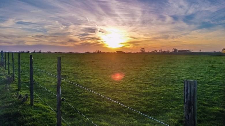 Zonsondergang Schienweg - Bergenhuizen - Foto gemaakt met smartphone camera achter de zonnebril