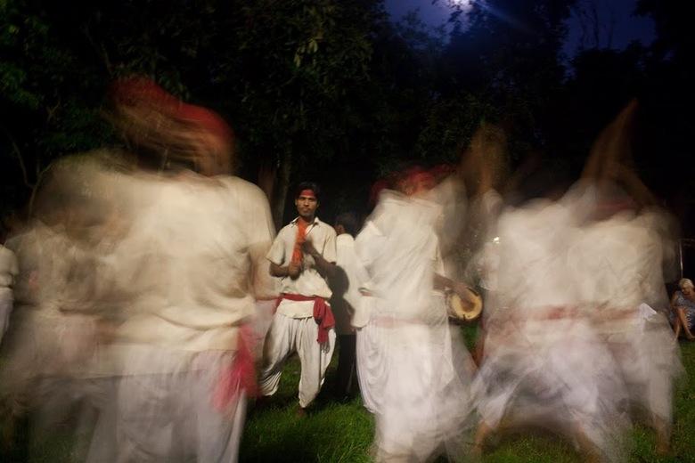 Nepalese Volksdans - In de jungle van Nepal werden wij bij terugkomst in het kamp blij verrast door een Nepalese dansgroep.
