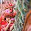 Thaise meisjes in traditionele kleding op de trap van de Doi Suthep