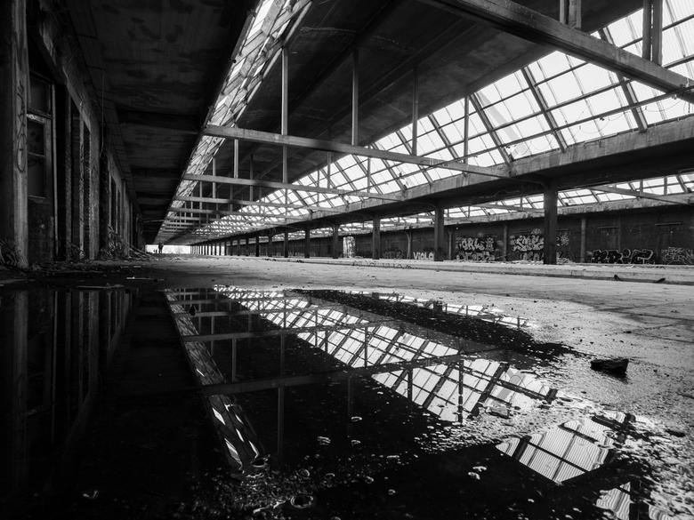 urbex spiegel - Prachtige spiegeling, welke een extra verdieping geeft aan de lijnen in de foto.