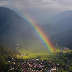Regenboog boven Obervellach Oostenrijk
