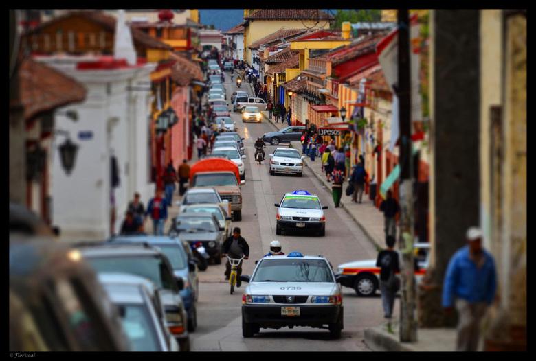 San Cristobal - Het straatbeeld van San Cristobal de las Casas in Mexico. Door de foto te bewerken tot een tilt-shift wordt de straatactiviteit benadr