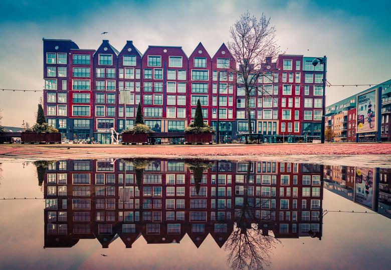 Turfmarkt in Reflection - Na een regenochtend kan je je voordeel doen door reflectie foto's te maken. Sigma f 2.8 8-16mm