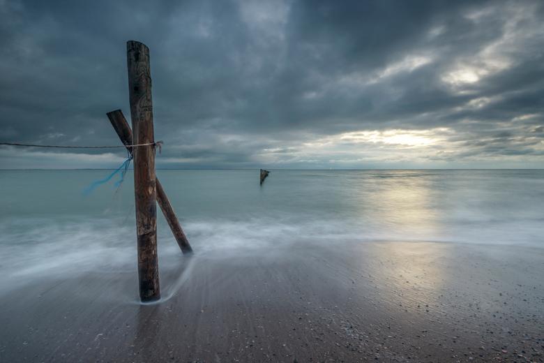 Het Begin - Mijn fotografische begin van 2021, 1 januari bij zonsondergang (of wat er van te zien is) aan de Nederlandse kust. Niets rustgevender dan