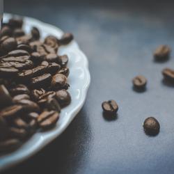Een kopje koffiebonen
