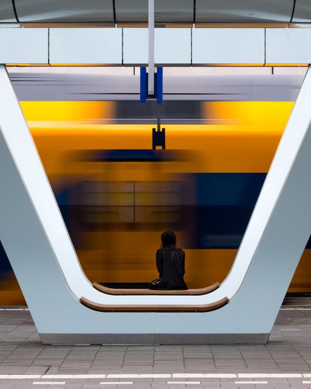 Waiting - Waiting.<br /> <br /> Mevrouw wacht op haar trein terwijl een andere trein vertrekt. <br /> Het duurde een behoorlijke poos voordat ik de