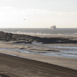 Zand opspuiten bij Petten.